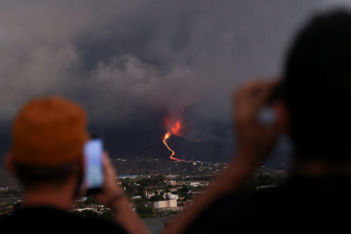 De laatste dagen is er in La Palma sprake van 'vulkaantoeristen'. Zij komen speciaal naar het eiland om de vulkaan te aanschouwen.
