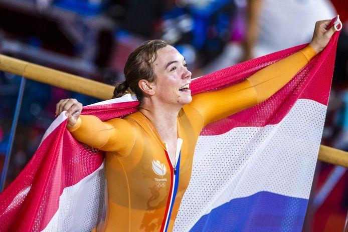 Shanne Braspennincx juicht na het winnen van de finale keirin in het Izu Velodrome op de Olympische Spelen in Tokio. ANP KOEN VAN WEEL