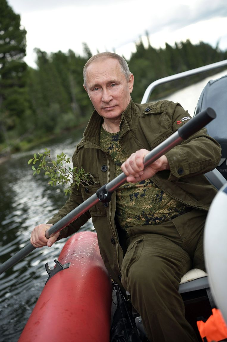 epa06125617 Russian President Vladimir Putin paddling a kaya at the cascade of mountain lakes during his vacation on 01-03 August 2017, (issued 05 August 2017) in the Tyva Republic in the southern Siberia, Russia.  EPA/ALEXEI NIKOLSKY / SPUTNIK  / KREMLIN POOL MANDATORY CREDIT Beeld EPA