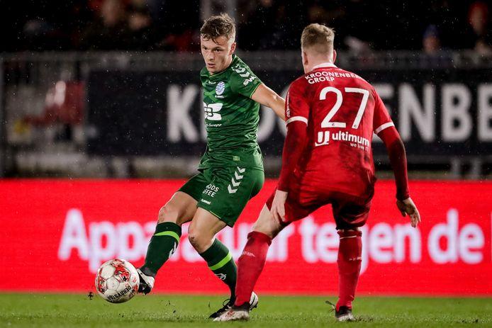 Sven Blummel (in het groen) voor De Graafschap in actie tegen Almere City.