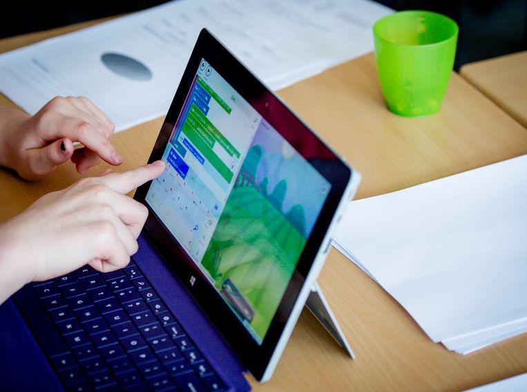 Leerlingen krijgen les in het maken van apps in het kader van 'School voor de toekomst', een project met als doel '21st century skills' en programmeren een vast onderdeel te laten zijn in het curriculum op alle scholen. Beeld ANP