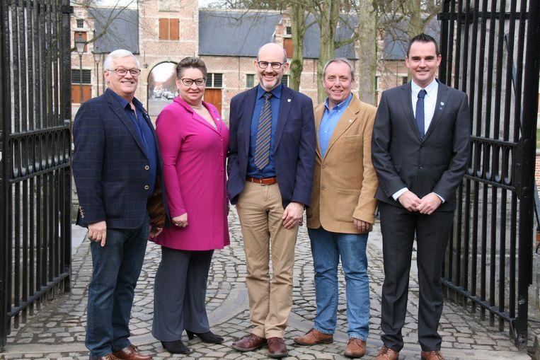 Het nieuwe Ekerse districtscollege met vlnr Ronny Kruyniers, Annemie Plompen, districtsburgemeester Koen Palinckx, Marc Elseviers en Mick De Maere.