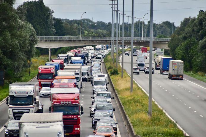Het ongeval gebeurde net voor het parkeerterrein in Kruishoutem, in de richting van Antwerpen. Dat zorgde voor kilometerslange file, het was tot anderhalf uur aanschuiven.