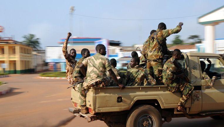 Soldaten in de straten van Bangui, hoofdstad van de Centraal Afrikaanse Republiek. Beeld afp