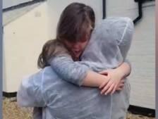 Retrouvailles émouvantes entre une aide-soignante et sa fille de 7 ans