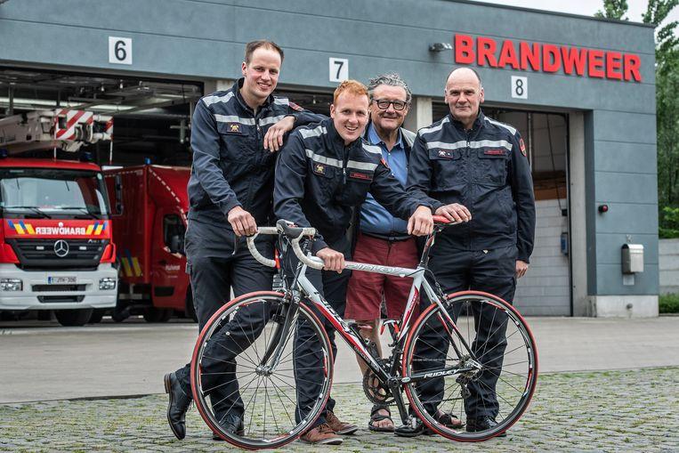 Kevin Desimpelaere, Jens Bruyneel enDanny Bruyneel met Luc Vansteenkiste van de vzw Dynamica aan de brandweerkazerne van Meulebeke.