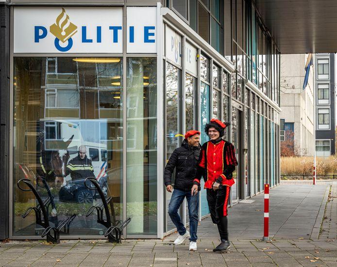 Pieten bij het politiebureau in Eindhoven, maar de schmink moest er af.