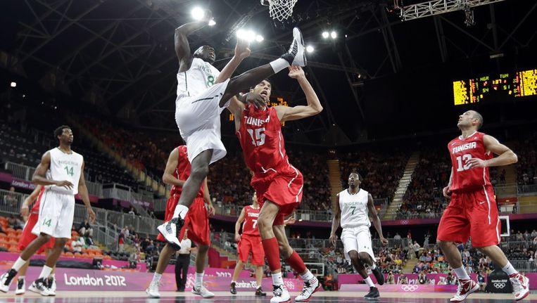 Ade Dagunduro in duel met Antwerp Giant Salah Mejri op het olympisch basketbaltoernooi. Beeld AP