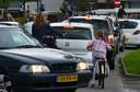 Verkeersdrukte bij de uitgang van een basisschool in Geldermalsen.