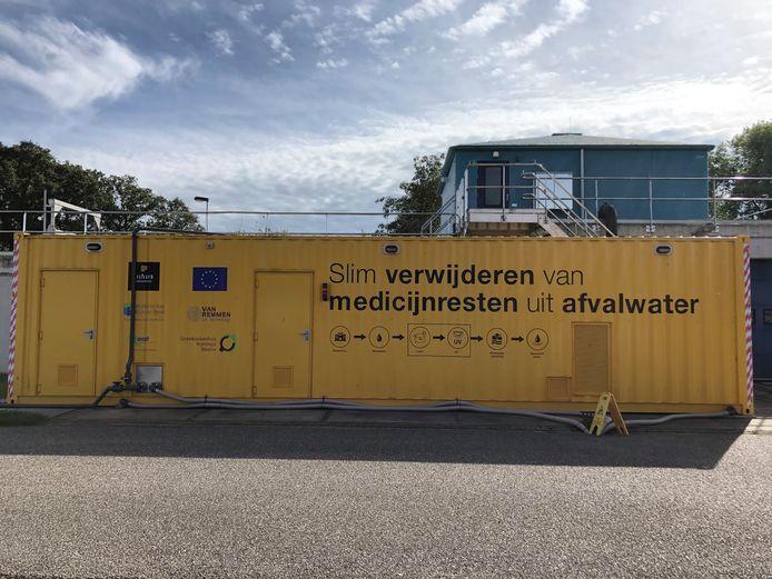 De container vol apparatuur om medicijnresten uit het afvalwater te halen bij de RWZI in Winterswijk.