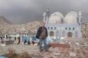 De Amersfoortse wereldreiziger Henk Vinke voor de blauwe moskee in de Afghaanse hoofdstad Kabul. Hij liet zich afgelopen december niet weerhouden door code rood.