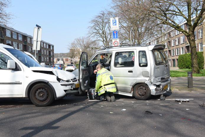 De twee auto's kwamen bij het Smaragdplein tot botsing.