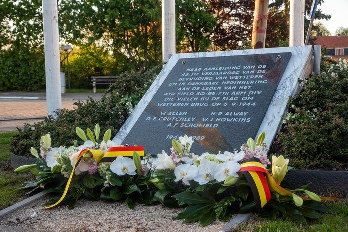 Bloemenhulde naar aanleiding van V-Day op zaterdag 8 mei aan de monumenten in Wetteren.