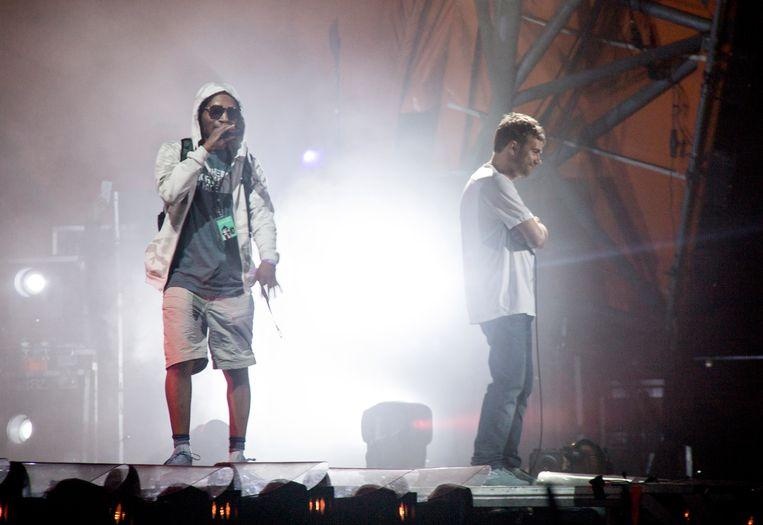 Rapper Del the Funky Homosapien (L) valt van het podium op Roskilde Festival op 7 juli 2018.