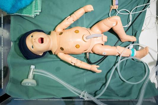 Een close-up van de robotbaby. Hart en longen kunnen worden beluisterd met de stethoscoop.