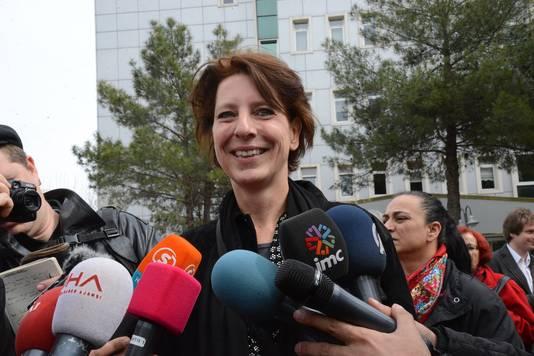 De Nederlandse journaliste Fréderike Geerdink staat de pers te woord voor het gerechtsgebouw in het Turkse Diyarbakir.