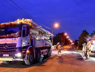 Leiding knapt van betonpomp: hydraulische olie komt op de weg terecht