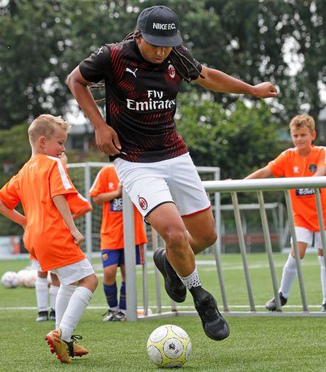Kinderen dromen tijdens voetbalkamp in Spijkenisse van profcarrière: 'Lieke Martens is mijn voorbeeld'