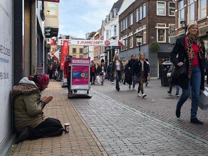 Ineens lijken ze op iedere straathoek te zitten: onbekende bedelaars.