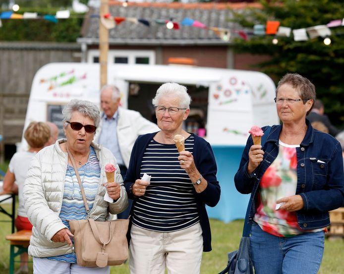 Festivalgangers met een ijsje