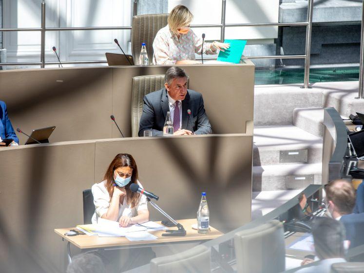"""Wie wist wat over PFOS-vervuiling? Vlaamse regering wimpelt moeilijke vragen af tijdens actuadebat: """"Geen onderzoekscommissie spelen vandaag"""""""
