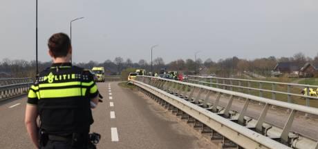 Fietser ernstig gewond door aanrijding met auto die van talud schiet op viaduct A50 bij Veghel