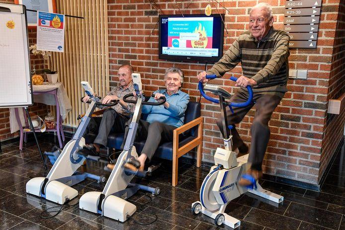 Enkele bewoners van woonzorgcentrum Hof ter Veldeken namen gisteren deel aan de fietsmarathon.