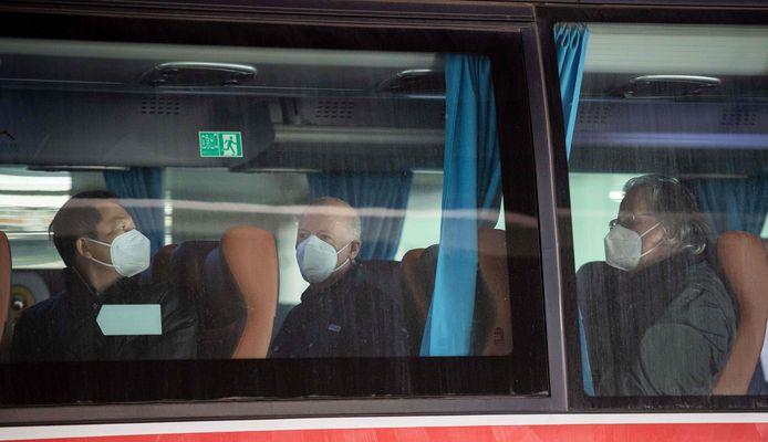 Leden van het WHO-team op de bus.