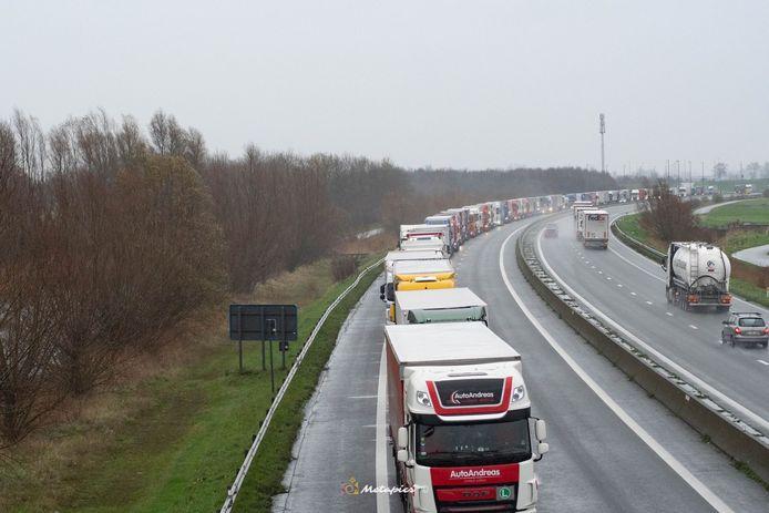 Door een enorme drukte in de haven van Calais staan ruim 8.000 vrachtwagens aan te schuiven om de oversteek te maken naar het Verenigd Koninkrijk.  De file reikt tot voorbij de Belgische grens in Adinkerke.
