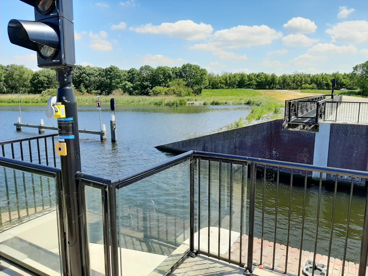 Het keermiddel in de haven van Tholen, waar de rolbrug overheen loopt als er op de knop wordt gedrukt.