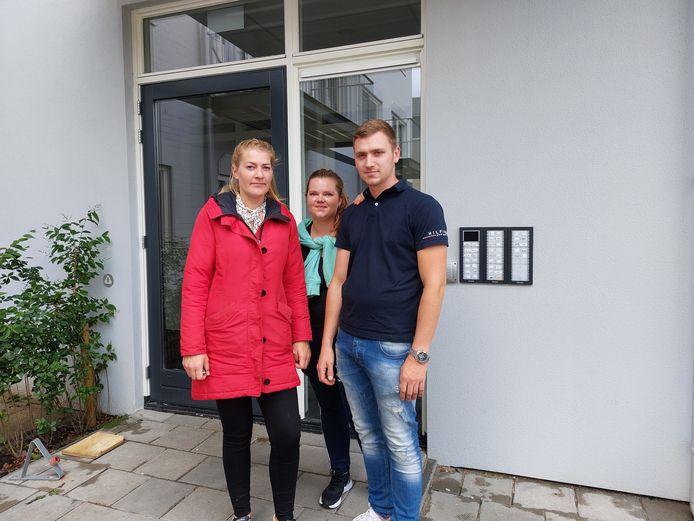 Anouk van Velzen (links), Bo Lindhout en haar vriend Jordi Wolfs voor het appartementencomplex aan de Limaweg in Waddinxveen. Het complex werd ontruimd.
