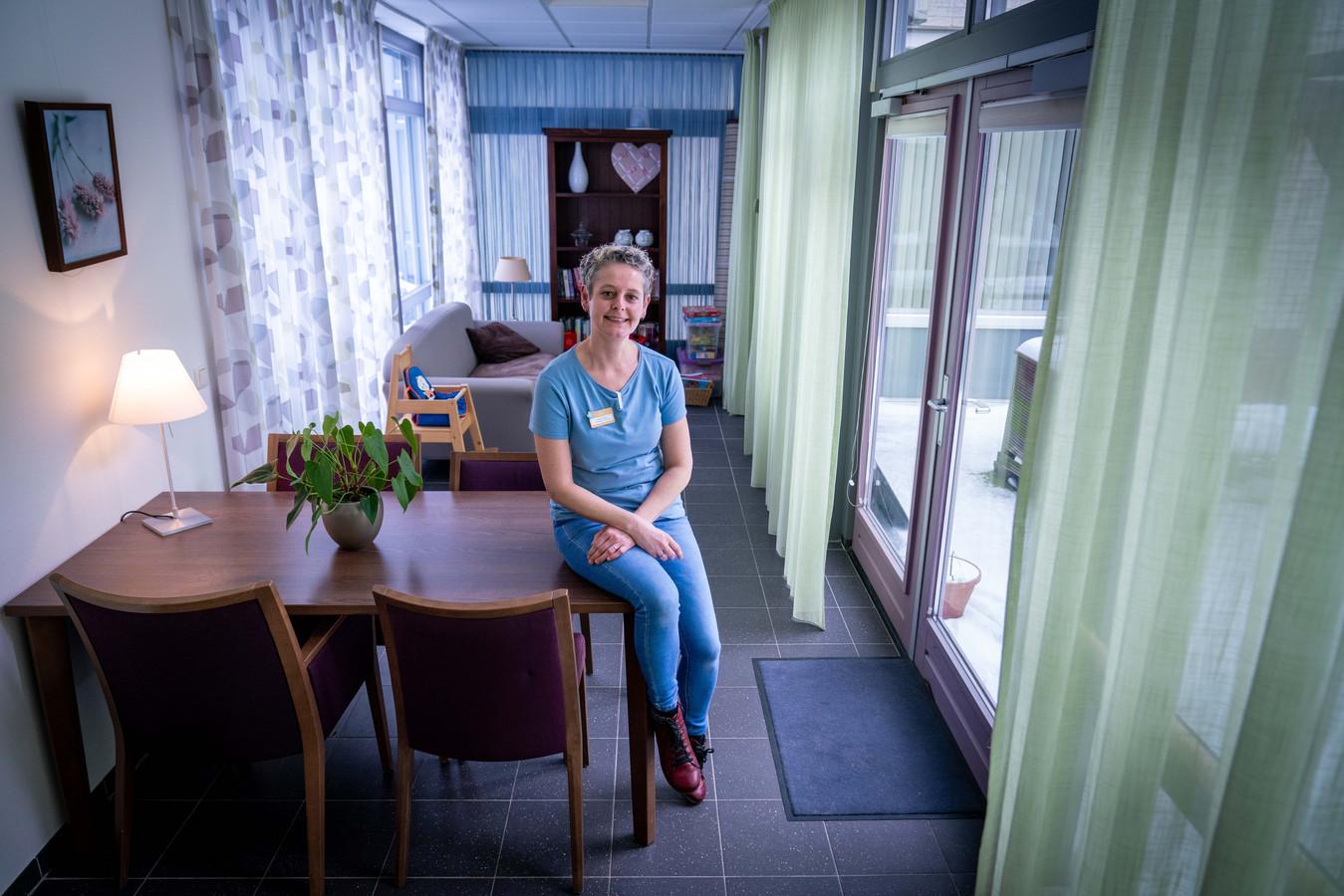 Paula Bongers in de huidige huiskamer van het hospice in Bemmel. Foto: Erik van 't Hullenaar.