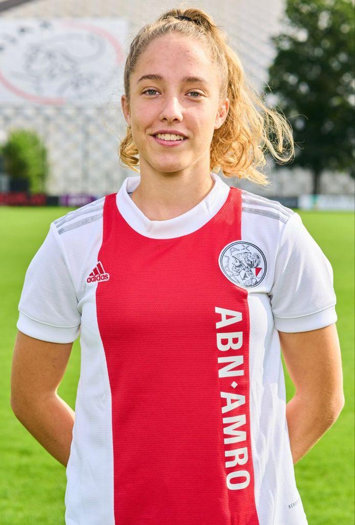Danique Tolhoek in het shirt van haar nieuwe club Ajax.