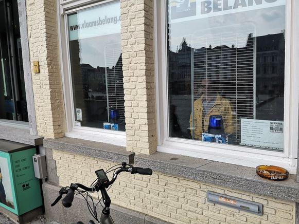 Vlaams Belang plaatste zwaailichten achter de ramen van het partijhuis op de Grote Markt.