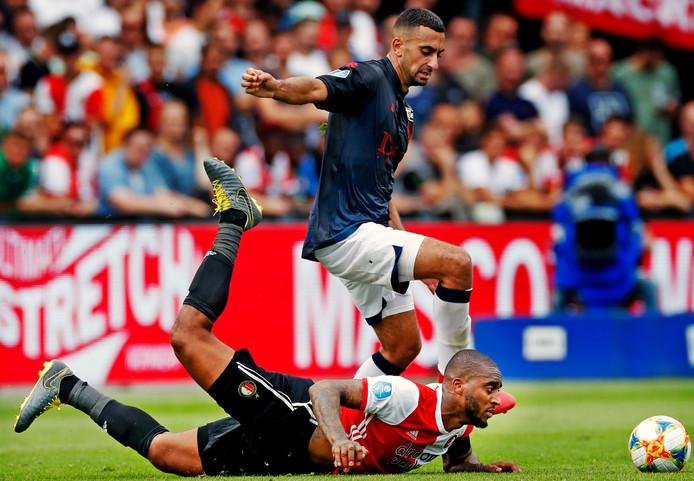 Leroy Fer delft het onderspit tegen Adil Auassar, tijdens Feyenoord-Sparta eerder dit seizoen.