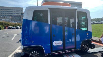 Zelfrijdend shuttlebusje vervoert studenten op UZ campus