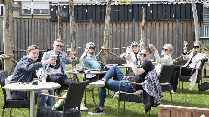 De jongelui, dinsdagmiddag bij De Budde in Nijverdal aarzelden geen moment. Terras open, dat moet worden gevierd met een biertje en een wijntje.