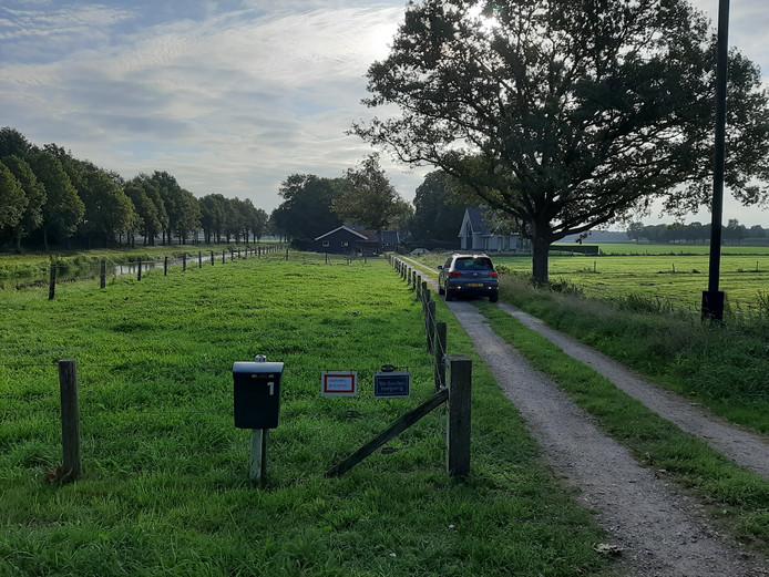 Het gewraakte pad, waar het hek bij de brievenbus van nummer 1 vanochtend open stond. Rechts achter op de foto het huis op nummer 1 met links de schuur die er bij hoort. Daar achter ligt het perceel van nummer 3. Links nog net zichtbaar de Schipbeek.