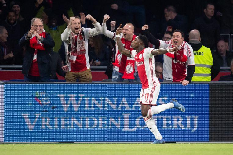 Quincy Promes viert zijn winnende doelpunt tegen PSV. Beeld Getty Images