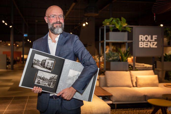 Hermen Bouman, algemeen directeur van Woonboulevard Poortvliet, met een album met foto's van vroeger.
