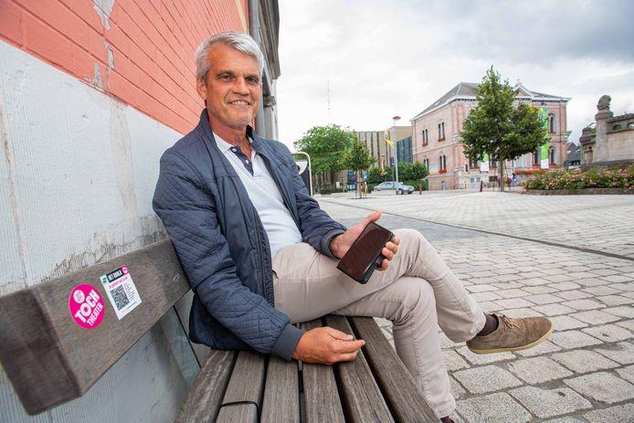 Cultuurschepen Geert Heyvaert test één van de QR-codes in het centrum van Asse uit.