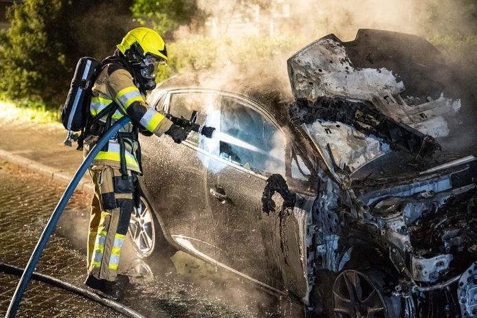 De uitgebrande auto aan de Bugelstraat in Nijmegen.