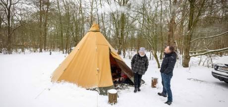 Dit stel kampeert al dagenlang in het koude Kuinderbos: 'Je moet hier geen ruzie krijgen'