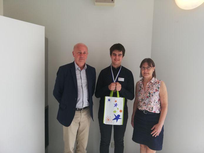 Marc Leyman, algemeen directeur van het Sint-Maarteninstituut met Ann Muylaert, leerkracht chemie en Brecht Boeykens.