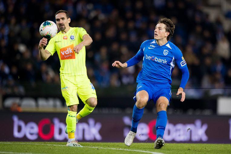 Sven Kums, draaischijf bij AA Gent, controleert de bal voor de neus van Sander Berge (Genk) in het duel van afgelopen weekend.  Beeld BELGA
