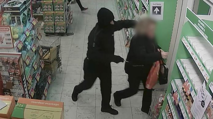 Eén van de overvallers bedreigde iemand met een mes.