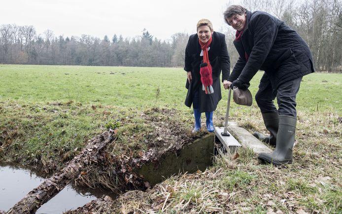 Antoinet van Helvoirt (WRIJ) draait samen met Lankheet-beheerder Bernard Rouffaer symbolisch een kraan open.