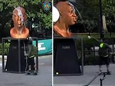 Man op skateboard besmeurt standbeeld George Floyd