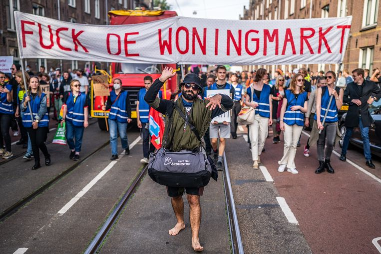 Amsterdam, 12 september: protest tegen de hoge huur- en huizenprijzen en het tekort aan woningen.  Beeld Joris van Gennip