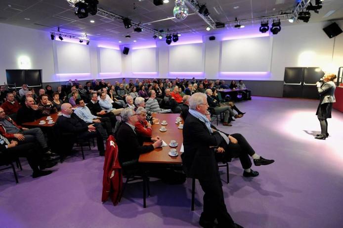 De grote zaal van De Parel in Fijnaart was tijdens de debatavond over het Gebiedsplan weer goed bezet. foto Edmund Messerschmidt/het fotoburo
